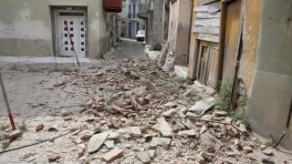 Σεισμός Μυτιλήνη: Εγκλωβισμένη γυναίκα στα συντρίμμια του σπιτιού της στη Βρίσα