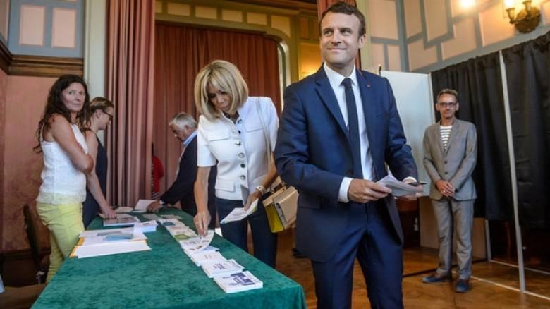 Βουλευτικές εκλογές Γαλλία: Προς συντριπτική πλειοψηφία οδεύει ο Μακρόν
