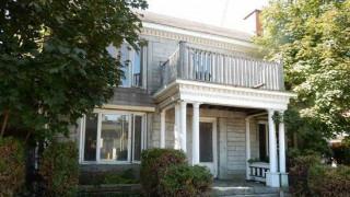 Γιατί ουδείς επιθυμεί να αγοράσει αυτό το σπίτι στα σύνορα ΗΠΑ - Καναδά;