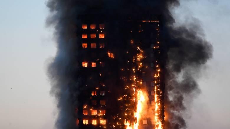 Λονδίνο: Εκατοντάδες εγκλωβισμένοι από πυρκαγιά σε ουρανοξύστη 27 ορόφων - Φόβοι για κατάρρευση