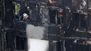 Πυρκαγιά Λονδίνο: Μητέρα πέταξε το παιδί της στο κενό για να το σώσει