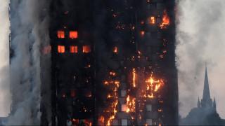 Λονδίνο: Εγκλωβισμένη στον φλεγόμενο ουρανοξύστη μεταδίδει μέσω Facebook τις στιγμές αγωνίας (vid)