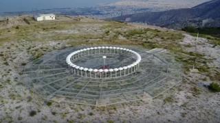 Όταν η τεχνολογία εξάπτει την φαντασία: Το «μάτι» του Υμηττού από ψηλά (Vid)