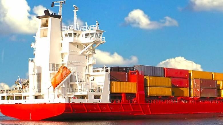 Ρόδος: Σε ύφεση η φωτιά στο φορτηγό οχηματαγωγό πλοίο