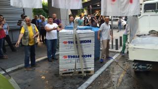 Ένταση έξω από το υπουργείο Οικονομικών: Η ΠΟΕΔΗΝ χτίζει την είσοδο με τούβλα (pics&vids)
