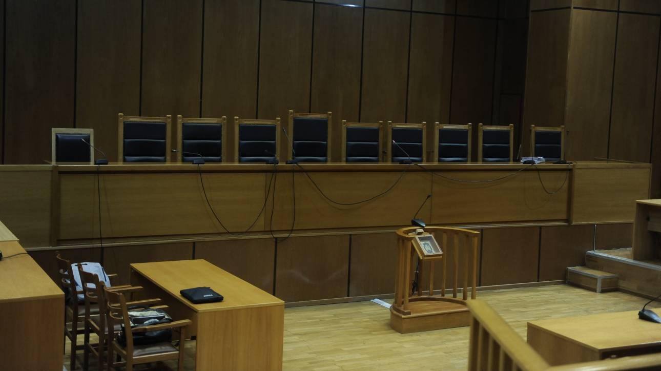 Πολυετείς ποινές κάθειρξης σε τέσσερις άνδρες για τα βασανιστήρια σε ανήλικη
