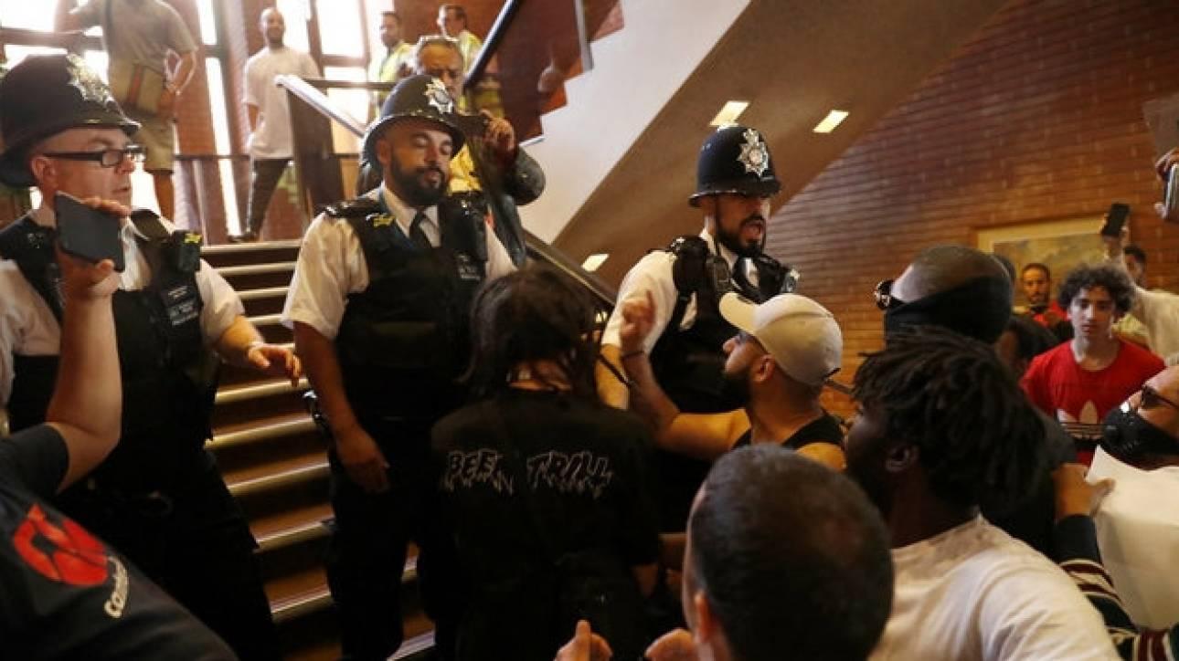 Λονδίνο: Εξαγριωμένοι πολίτες εισέβαλαν στο δημαρχείο του Κένσιγκτον (pics&vid)