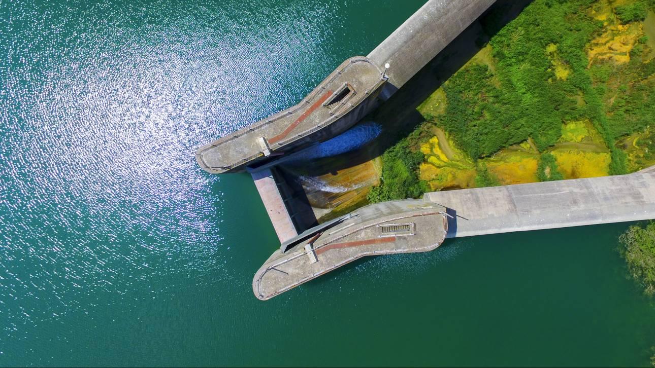 Εντυπωσιακές φωτογραφίες από το φράγμα και τη Λίμνη Πηνείου