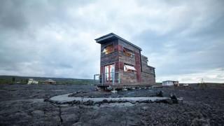 «Phoenix House»: Το μικρό σπίτι στη λάβα του πιο ενεργού ηφαιστείου της Γης