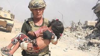 Η αυτοθυσία ενός στρατιώτη που εν μέσω διασταυρούμενων πυρών σώζει ένα παιδί