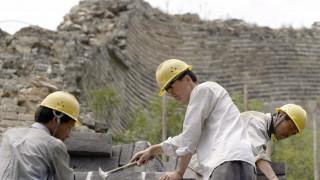 Κάνουν ακροβατικά και ρισκάρουν τη ζωή τους για να συντηρήσουν το Σινικό Τείχος (Vid)