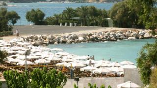 «Απαγορευτικές» λόγω κόστους οι οικογενειακές βουτιές στις οργανωμένες παραλίες της Αττικής