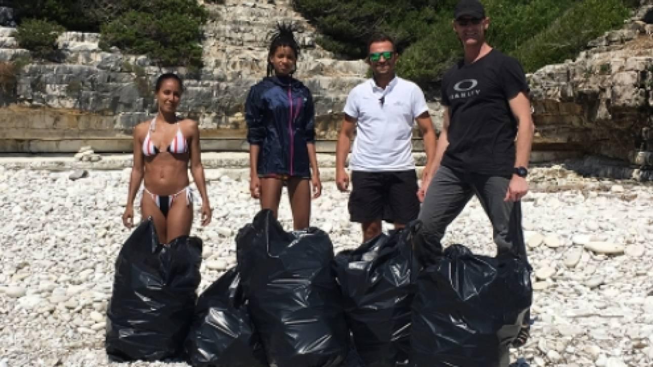 Οικογένεια Σμιθ: Καθαρίζουν τα σκουπίδια από παραλίες στους Αντίπαξους (pics)