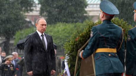 Ρωσία: Ο Πούτιν τίμησε τους νεκρούς του Β' Παγκοσμίου Πολέμου υπό καταρρακτώδη βροχή (pics&vid)