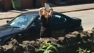 Την απάτησε και αυτή του έκανε «καλοκαιρινό» το αυτοκίνητο (vid)