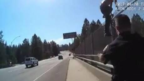 Άνδρας σε αμόκ επιχείρησε να αυτοκτονήσει «βουτώντας» σε λεωφόρο - Σώθηκε από αστυνομικούς (Vid)