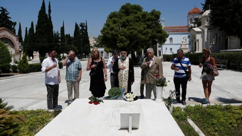 Λουλούδια στο μνήμα του Α. Παπανδρέου άφησε η Δήμητρα Λιάνη (pics)
