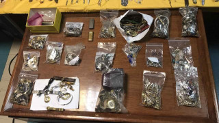 Κοσμήματα, μετρητά και διαμάντια έκρυβαν ληστές σε δύο διαμερίσματα στο Χαλάνδρι