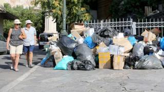 Παραμένουν στους δρόμους τα σκουπίδια, άκαρπη η συνάντηση Σκουρλέτη με την ΠΟΕ-ΟΤΑ