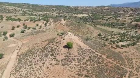 Οι πυραμίδες «Κουρμουλοί» των Μεγάρων από ψηλά (vid)