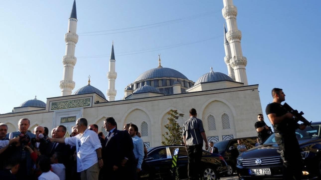 Ο Ερντογάν λιποθύμησε στο τζαμί της Κωνσταντινούπολης