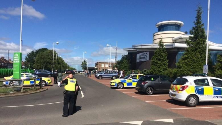 Βρετανία: Αυτοκίνητο παρέσυρε πεζούς κοντά σε τζαμί - αναφορές για τραυματίες (pics&vids)