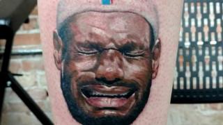 Θαυμαστής του Μάικλ Τζόρνταν χτυπάει tattoo με τον… ΛεΜπρόν Τζέιμς – Αλλά…γιατί;