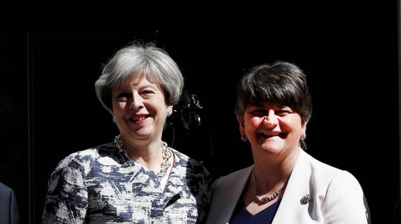 Βρετανία: Έκλεισε η συμφωνία μεταξύ της Μέι και του κόμματος της Β. Ιρλανδίας
