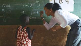 Rihanna: Καλεί τους G20 να επενδύσουν στην εκπαίδευση (vid)