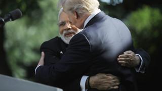 Η... αγαπησιάρικη αγκαλιά του Τραμπ στον Μόντι - και άλλες αξιοπρόσεκτες χειραψίες