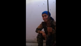 Συρία: Η Κούρδισσα μαχήτρια ξεγέλασε το θάνατο και… χαμογελά (vid)