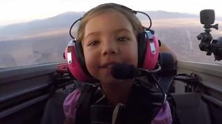 Κοριτσάκι πιλoτάρει το αεροπλάνο του πατέρα της (vid)