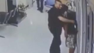 Αστυνομικός απέδειξε πως η βία δεν είναι λύση: Αφόπλισε άνδρα με μία αγκαλιά!