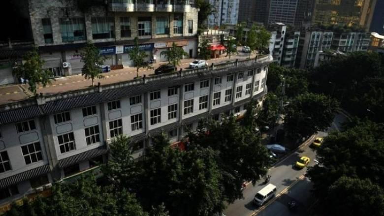 Κίνα: δρόμος περνά από ταράτσα πενταόροφου κτιρίου (Pic+Vid)