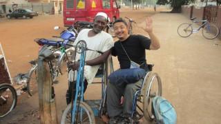 Αεροπορική εταιρεία υποχρέωσε ανάπηρο επιβάτη να συρθεί στις σκάλες του αεροπλάνου