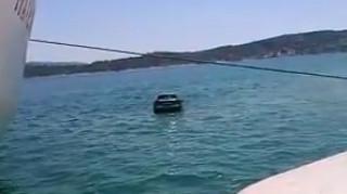 Βούτηξε στη θάλασσα για να... σώσει το αυτοκίνητό του (vid)