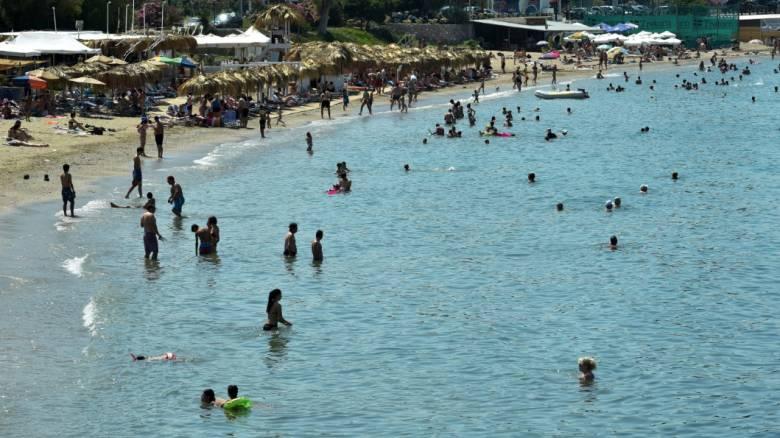 Παραλία στην Κρήτη «πλημμύρισε» με απόβλητα (pics&vid)