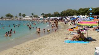 «Πλημμύρισαν» από κόσμο οι παραλίες της Αττικής (pics)