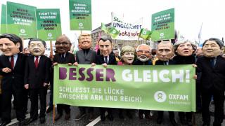 Υπό βροχή χιλιάδες διαδηλώτές στο Αμβούργο κατά της G20 (pics)