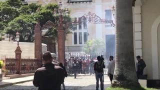 Χάος στη Βενεζουέλα: Διαδηλωτές «μπούκαραν» στο κοινοβούλιο - Τραυματίστηκαν βουλευτές (pics&vids)