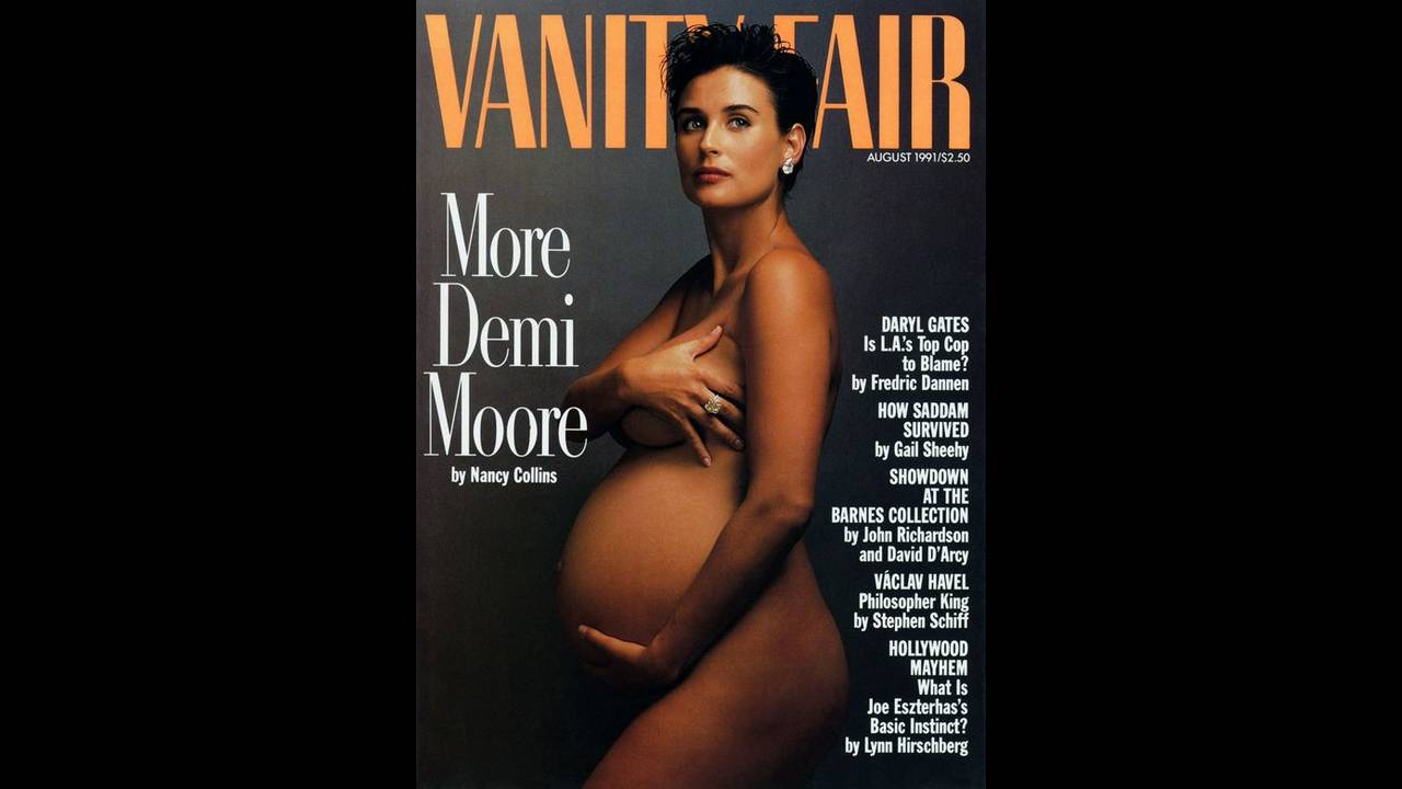 Ντεμί Μουρ, 1991.  Το εξώφυλλο από το οποίο ξεκίνησαν όλα. Η φωτογράφος Annie Leibovitz τράβηξε τη συγκεκριμένη φωτογραφία για το τεύχος Αυγούστου (2001) του Vanity Fair, όταν βρισκόταν στον έβδομο μήνα εγκυμοσύνης του δεύτερου παιδιού της, Scout. Η πόζα