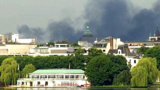 G-20: Πεδίο μάχης το Αμβούργο - Επίθεση διαδηλωτών κατά περιπολικών (pics&vids)
