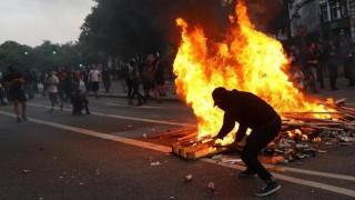 Αμβούργο: Αστυνομικός έριξε προειδοποιητική βολή για να ξεφύγει από το πλήθος (pics)