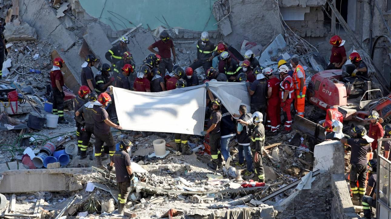 Ιταλία: Τρεις σοροί ανασύρθηκαν από τα συντρίμμια πολυκατοικίας που κατέρρευσε (pics)