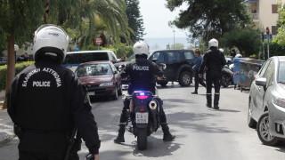 Παλαιόχωρα: Ταμπουρωμένος στο σπίτι ο πατέρας - Πυροβολεί αδιακρίτως