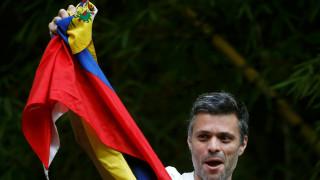 Βενεζουέλα: Αποφυλακίστηκε ο ηγέτης της αντιπολίτευσης Λεοπόλδο Λόπεζ (Pics+Vid)