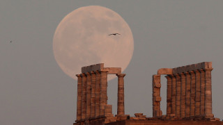 Μαγευτικές φωτογραφίες: Το φεγγάρι «αγκαλιάζει» το ναό του Ποσειδώνα