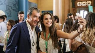 Το «μπράβο» του Θεοδωράκη στους «έφηβους βουλευτές» και οι ...selfies (pics)