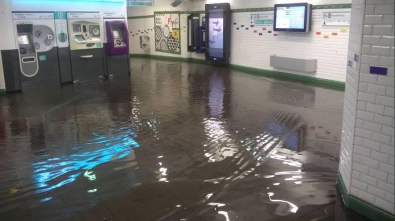 Όταν οι Παριζιάνοι «κολύμπησαν» στο Μετρό (vid)