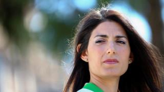 Η Δήμαρχος της Ρώμης απαγόρευσε την κατανάλωση αλκοόλ στο δρόμο εκτός... από τη γειτονιά της